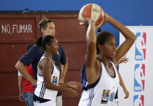 REFILE - UPDATING SLUG Former NBA star Steve Nash attends a training session with a Cuban women's national basketball team in Havana April 23, 2015. Retired NBA stars Steve Nash and Dikembe Mutombo engaged in a diplomacy mission in Cuba as part of an NBA workshop, the first outreach of its kind by a U.S. professional sports league since the thaw in U.S.-Cuban relations in December. REUTERS/Enrique de la Osa