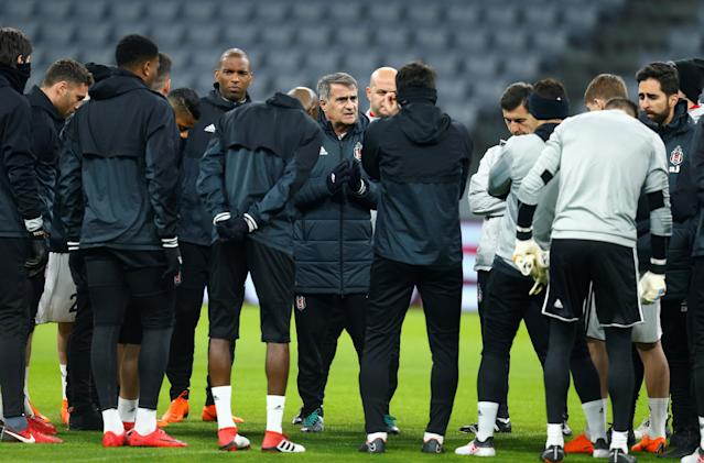 Soccer Football - Champions League - Besiktas Training - Allianz Arena, Munich, Germany - February 19, 2018 Besiktas coach Senol Gunes talks with the players during training REUTERS/Ralph Orlowski