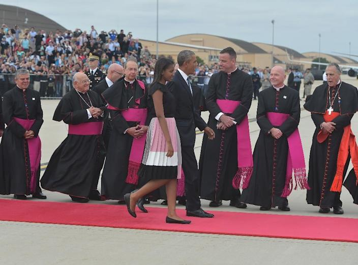 US President Barack Obama (R), and daughter Sasha make their way onto the tarmac to greet Pope Francis upon his arrival on September 22, 2015 at Andrews Air Force Base in Maryland (AFP Photo/Mandel Ngan)