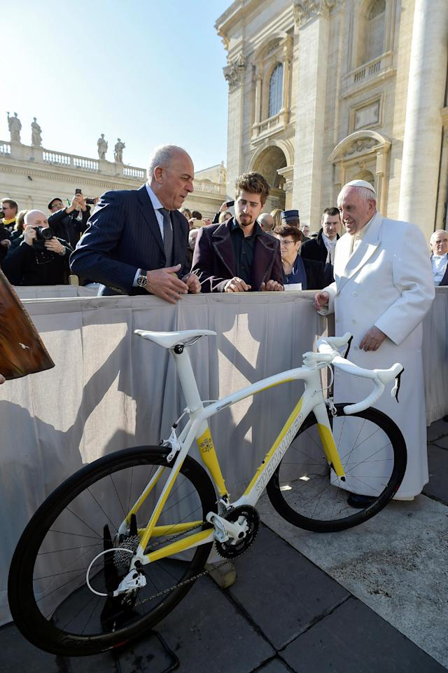 Pope Francis receives the UCI Road World Champion jersey and a bicycle painted in the colors of the Vatican flag from cycling world champion Peter Sagan of Slovakia at the end of general audience at the Vatican, January 24, 2018. Osservatore Romano/Handout via REUTERS ATTENTION EDITORS - THIS IMAGE WAS PROVIDED BY A THIRD PARTY