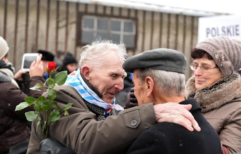 Holocaust survivors greet each other as they arrive to pay tribute to fallen comrades in the former Auschwitz concentration camp in Oswiecim, Poland, on January 27, 2015 (AFP Photo/Janek Skarzynski)