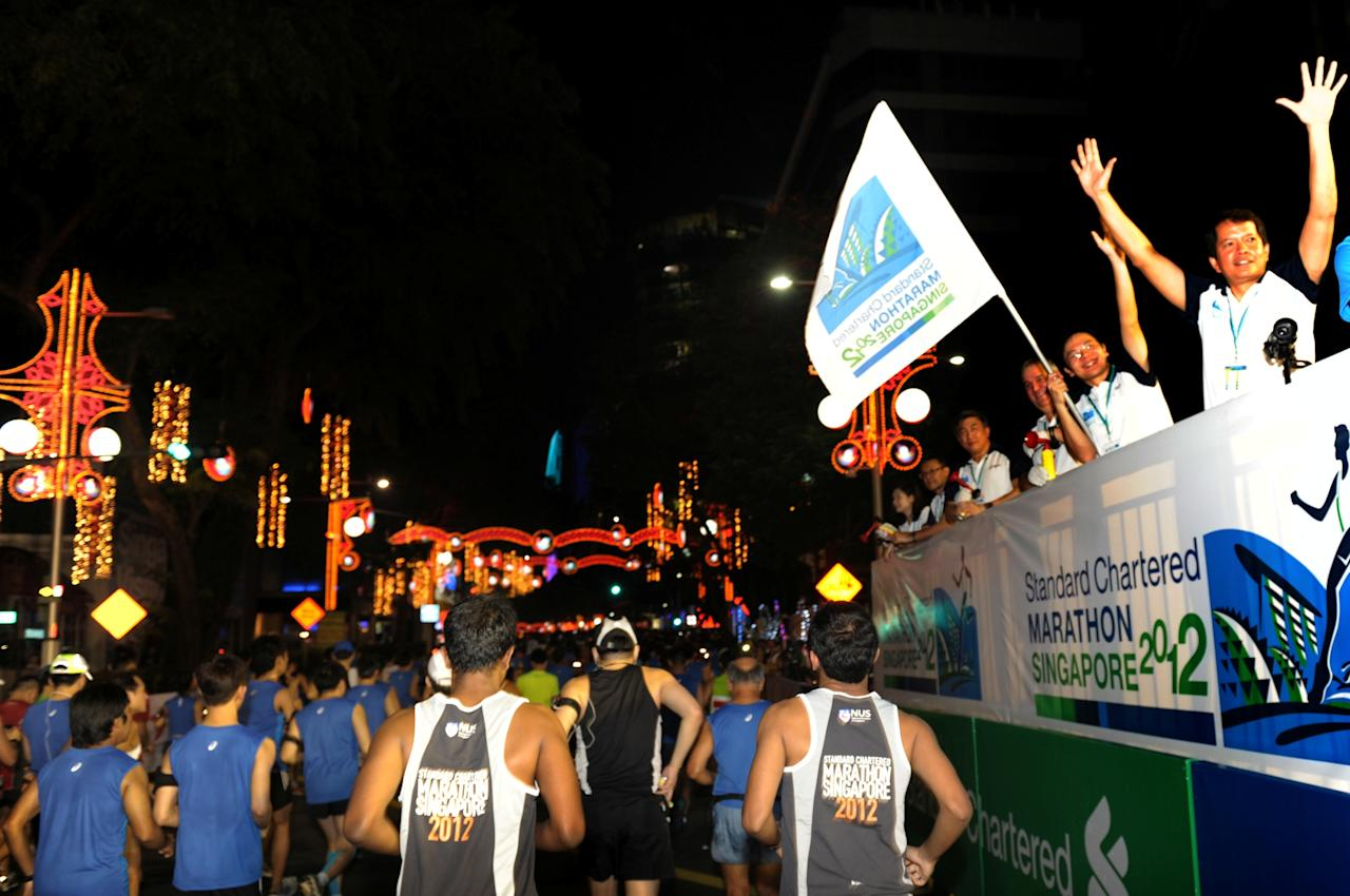 Acting Minister of MCCY, Mr Lawrence Wong, flagging off the Full Marathon with other Guest-of-Honours and VIPs (Photo courtesy of Singapore Sports Council)