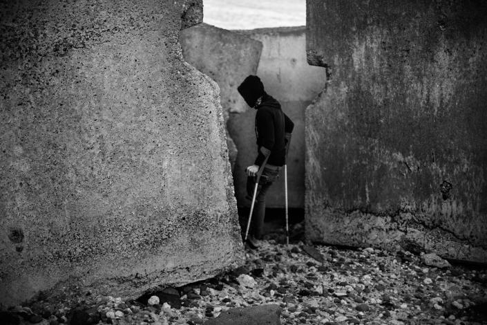 An injured Moroccan kid on the breakwater of Melilla´s harbor in 2014. (Photo: José Colón/MeMo for Yahoo News)