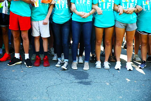Kids link arms outside A Preferred Women's Health Center in Charlotte to protest abortion access. (Jenavieve Hatch/HUFFPOST)