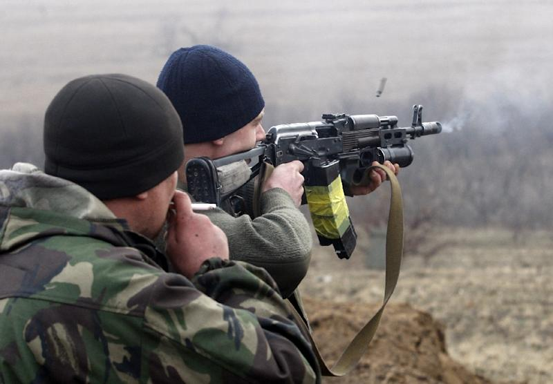 Ukrainian servicemen take part in military exercises near the eastern Ukrainian city of Schastya, in the Lugansk region, on March 3, 2015 (AFP Photo/Anatolii Stepanov)
