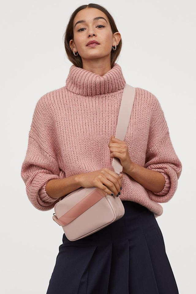 "<p>We love that this <a href=""https://www.popsugar.com/buy/HampM-Patent-Shoulder-Bag-555334?p_name=H%26amp%3BM%20Patent%20Shoulder%20Bag&retailer=www2.hm.com&pid=555334&price=25&evar1=fab%3Aus&evar9=47293844&evar98=https%3A%2F%2Fwww.popsugar.com%2Ffashion%2Fphoto-gallery%2F47293844%2Fimage%2F47293845%2FHM-Patent-Shoulder-Bag&list1=shopping%2Caccessories%2Cbags%2Cspring%2Cspring%20fashion%2Cfashion%20shopping&prop13=mobile&pdata=1"" rel=""nofollow"" data-shoppable-link=""1"" target=""_blank"" class=""ga-track"" data-ga-category=""Related"" data-ga-label=""https://www2.hm.com/en_us/productpage.0822138001.html"" data-ga-action=""In-Line Links"">H&amp;M Patent Shoulder Bag</a> ($25) has two straps.</p>"