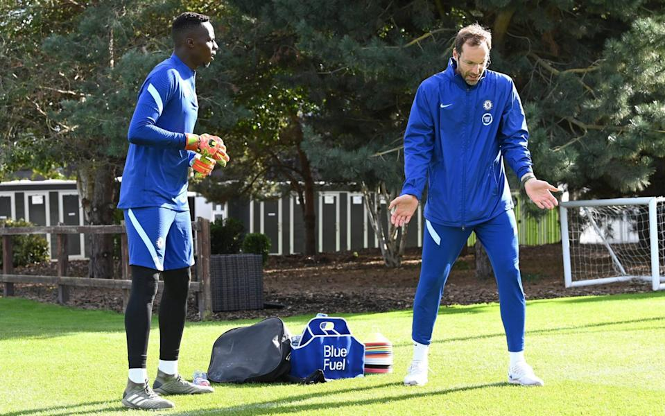 Petr Cech of Chelsea talks to Edouard Mendy of Chelsea during an individual training session - GETTY IMAGES