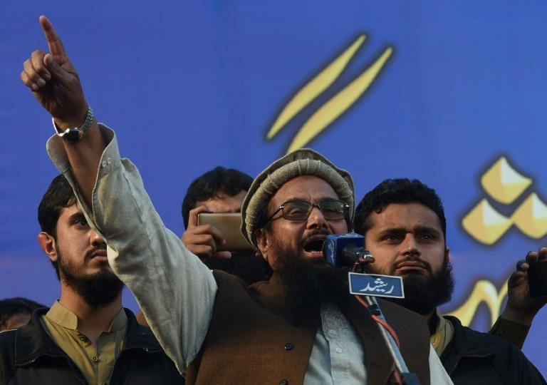 Hafiz Saeed, leader de l'organisation pakistanaise Jamaat-ud-Dawa et considéré comme un des suspects des attaques de Bombay en 2008, prend la parole pendant une manifestation à Lahore le 5 février 2018   organisation Hafiz Saeed (C) speaks to protesters as they gather in a rally to mark Kashmir Solidarity Day in Lahore on February 5, 2018.Kashmir Solidarity Day is observed in Pakistan on February 5 as a way of showing support for those living in Indian-administered Kashmir