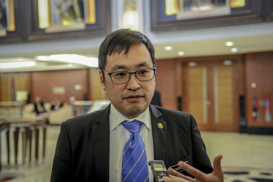 Stampin MP Chong Chieng Jen speaks to reporters at Parliament in Kuala Lumpur April 8, 2019. — Picture by Firdaus Latif