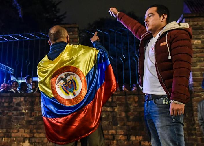 Men protest after voters in Colombia chose to reject ratifying a historic peace accord between the state and FARC rebels, in Bogota on October 2, 2016 (AFP Photo/Luis Acosta)