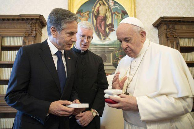 A handout image released by Vatican Media shows US Secretary of State Antony Blinken (L) during a meeting Pope Francis during a meeting with Pope Francis, at the Vatican , Vatican City, 28 June 2021. ANSA/ VATICAN MEDIA  +++ ANSA PROVIDES ACCESS TO THIS HANDOUT PHOTO TO BE USED SOLELY TO ILLUSTRATE NEWS REPORTING OR COMMENTARY ON THE FACTS OR EVENTS DEPICTED IN THIS IMAGE; NO ARCHIVING; NO LICENSING +++ (Photo: VATICAN MEDIAANSA)
