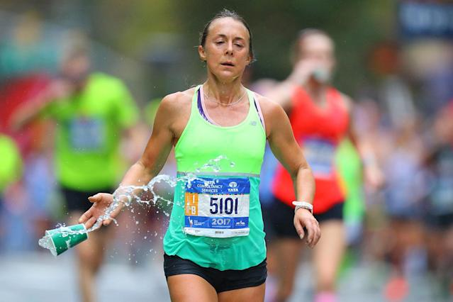 <p>A participant dumps her cup of water during the 2017 New York City Marathon, Nov. 5, 2017. (Photo: Gordon Donovan/Yahoo News) </p>