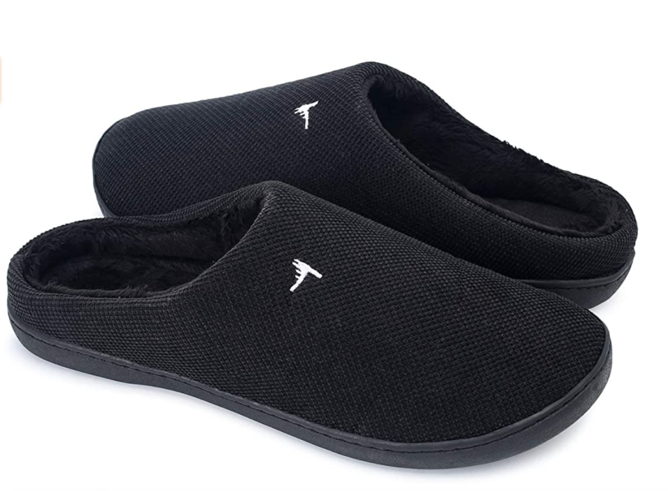 Aillosa Unisex Memory Foam Slippers in Black (Photo via Amazon)