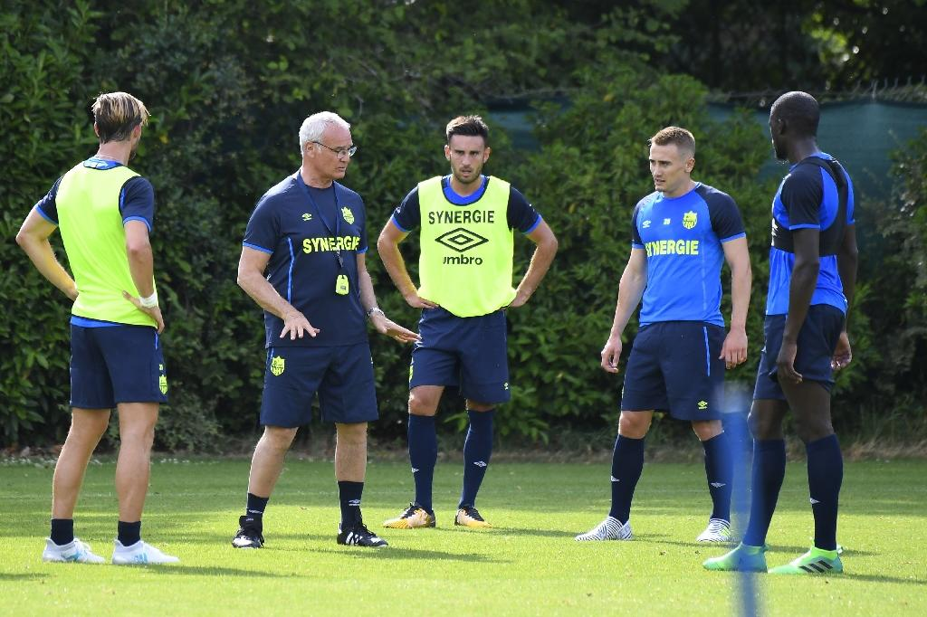 FC Nantes' new Italian coach Claudio Ranieri (2-L) speaks to players during a training session at the FC Nantes headquarters in La Chapelle sur Erdre, western France on June 26, 2017 (AFP Photo/DAMIEN MEYER)