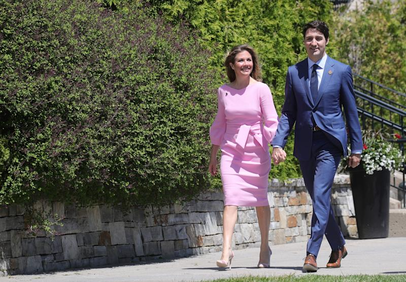 Canada: Prime Minister Justin Trudeau and his wife Sophie Gregoire Trudeau arrive outside the Hotel Fairmont Le Manoir inLa Malbaie, Que. onJune 8, 2018,to greet politicians attending the G7 summit. (Photo: picture alliance via Getty Images)