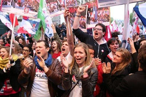 Supporters of Francois Hollande celebrate outside the party's headquarters