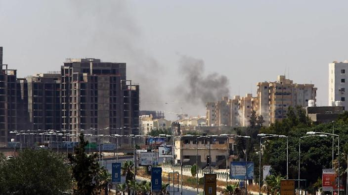 Smoke billows from the site of clashes on the road leading to the airport in the Libyan capital Tripoli on July 20, 2014 (AFP Photo/Mahmud Turkia)