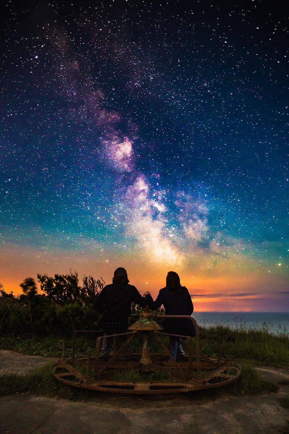 <p>Bring a thermos filled with your favorite drink and a few cozy blankets for a romantic night under the stars. </p>