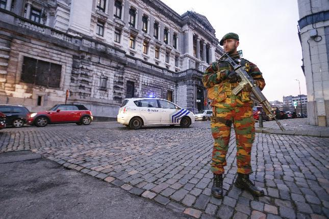 An armed soldier stands guard outside the Palace of Justice in Brussels on January 21, 2015 as security is stepped up for the appearance before of three terror suspects (AFP Photo/Theirry Roge)