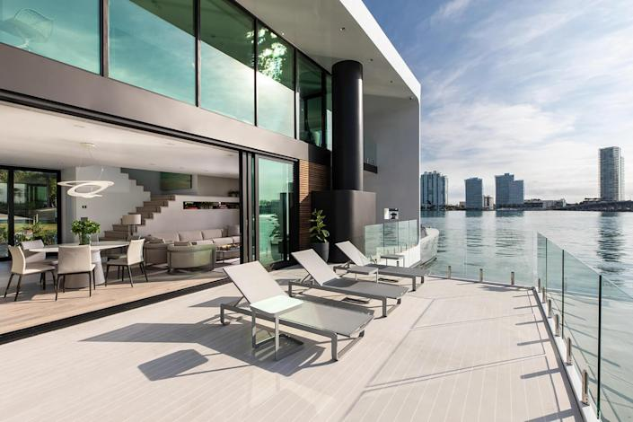 A spacious outdoor skydeck aboard the Arkup allows inhabitants to soak up the sun in style.