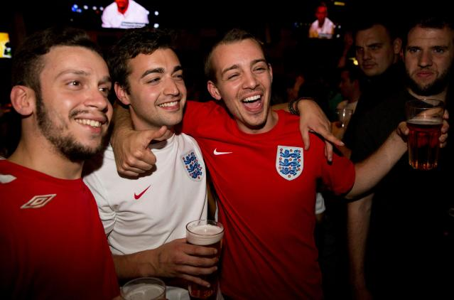 England soccer fans watch their team play against Italy during the 2014 World Cup at a bar in central London June 14, 2014. REUTERS/Neil Hall (BRITAIN - Tags: SPORT SOCCER WORLD CUP SOCIETY)