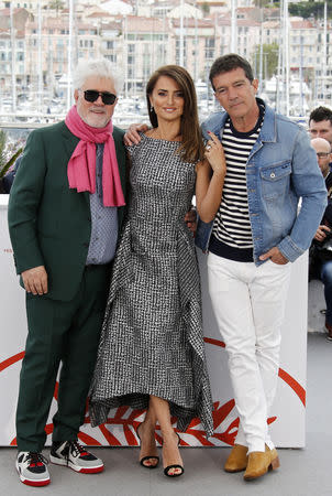 """72nd Cannes Film Festival - Photocall for the film """"Pain and Glory"""" (Dolor y Gloria) in competition - Cannes, France, May 18, 2019. Director Pedro Almodovar and cast members Penelope Cruz and Antonio Banderas pose. REUTERS/Jean-Paul Pelissier"""
