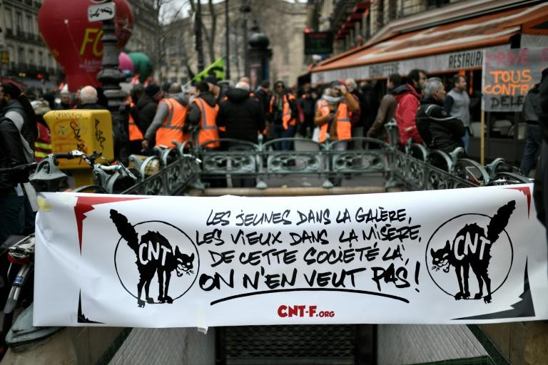 """Demonstrators Saturday showed support for the stoppage, protesting that French young people are """"in hell"""" and the elderly """"in poverty"""" (AFP Photo/STEPHANE DE SAKUTIN)"""
