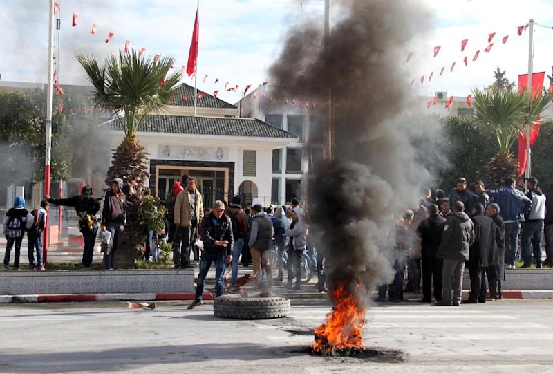 Demonstraters block the road with burning tires in the town of Siliana, northwest of Tunisia's capital Tunis, on January 21, 2016 in solidarity with Kasserine, following the death of an unemployed man there (AFP Photo/Fawzi Dridi)