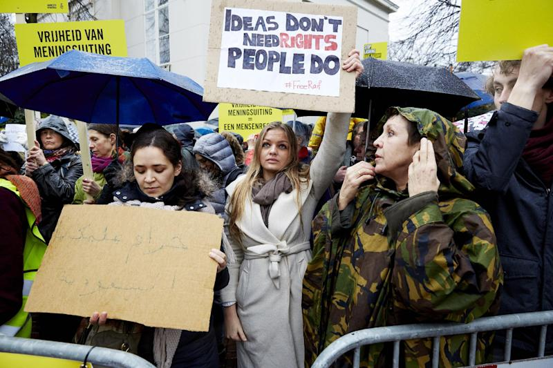 People take part in a protest by Amnesty International calling for the immediate release of Saudi blogger Raif Badawi outside the Saudi Embassy in The Hague, on January 15, 2015 (AFP Photo/Martijn Beekman)