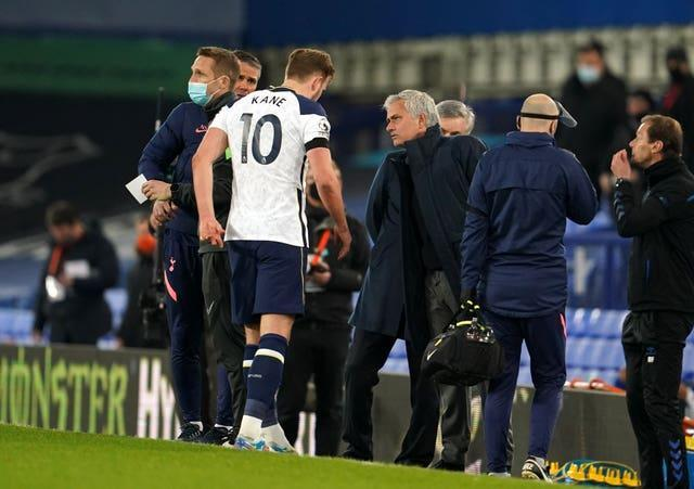 Harry Kane leaves the pitch against Everton