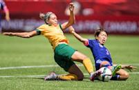 Australia's Kyah Simon and Japan's Azusa Iwashimizu vie for the ball during their quarter-final football match at the 2015 FIFA Women's World Cup in Edmonton, Alberta on June 27, 2015 (AFP Photo/Geoff Robins)