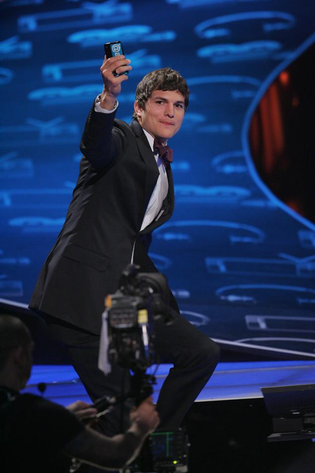 "Ashton Kutcher, winner of ""Favorite Online Sensation"" poses for a picture at ""People's Choice Awards 2010."""
