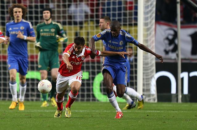 Benfica's Eduardo Salvio (left) and Chelsea's Nascimento Ramires battle for the ball