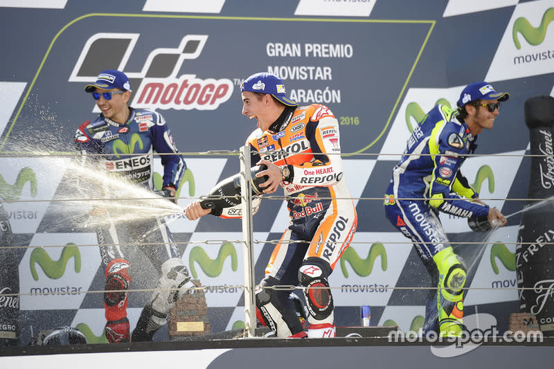 "Podio 1º Marc Márquez, 2º Jorge Lorenzo, 3º Valentino Rossi<span class=""copyright"">Gold and Goose / Motorsport Images</span>"
