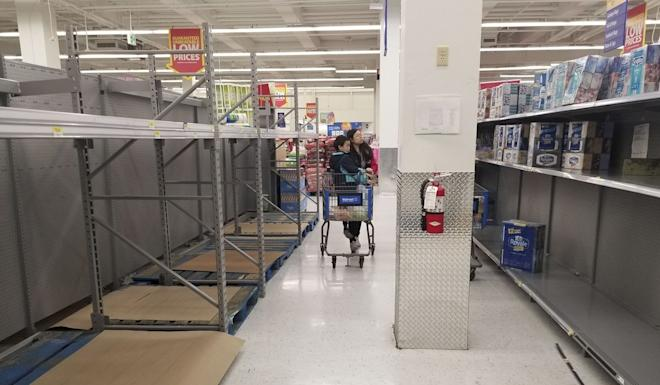 Almost-empty shelves of paper towels in Vancouver. Photo: Xinhua