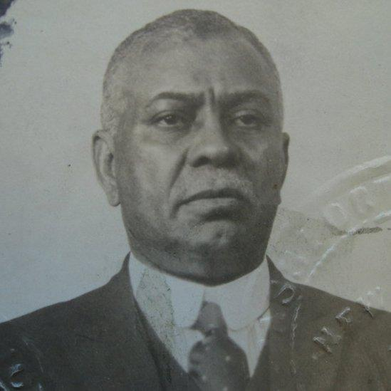William Ellis en una foto de pasaporte de 1919