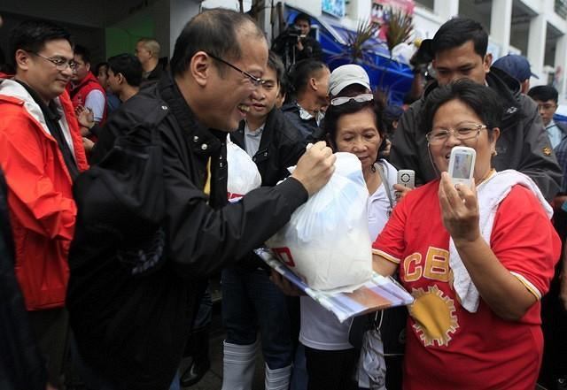 President Benigno S. Aquino III sought to bring cheer and hope to the flood victims by leading the distribution of family food packs in Tunasan, Muntinlupa City on Wednesday, August 8, 2012.