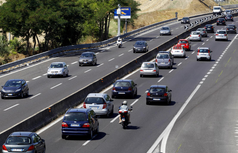 "Car traffic moves along a road during a hot summer day near Rome, August 4, 2012. The number of Italians staying in hotels has fallen by 29.5 percent in July 2012 compared to the same month last year and the total turnover for the summer has fallen by 22 percent compared to last year, the Italian Federation of Hoteliers ""Federalberghi"" announced on Saturday. REUTERS/Giampiero Sposito (ITALY - Tags: TRANSPORT TRAVEL BUSINESS ENVIRONMENT)"
