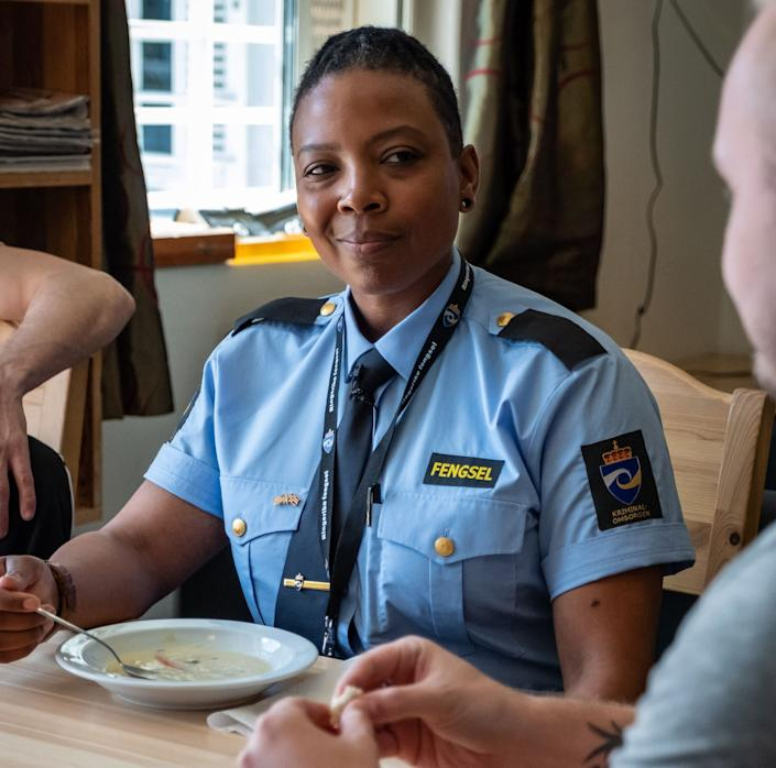 Turquoise Danford, an SCI Chester correctional officer,eating fish soup with a Ringerike inmate named Joakim. (Photo: SVT/John Stark)