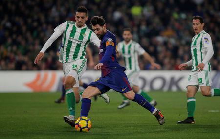 Soccer Football - La Liga Santander - Real Betis vs FC Barcelona - Estadio Benito Villamarin, Seville, Spain - January 21, 2018 Barcelona's Lionel Messi in action with Real Betis' Zouhair Feddal REUTERS/Jon Nazca