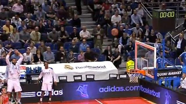 Felipe Reyes hits buzzer-beater without looking