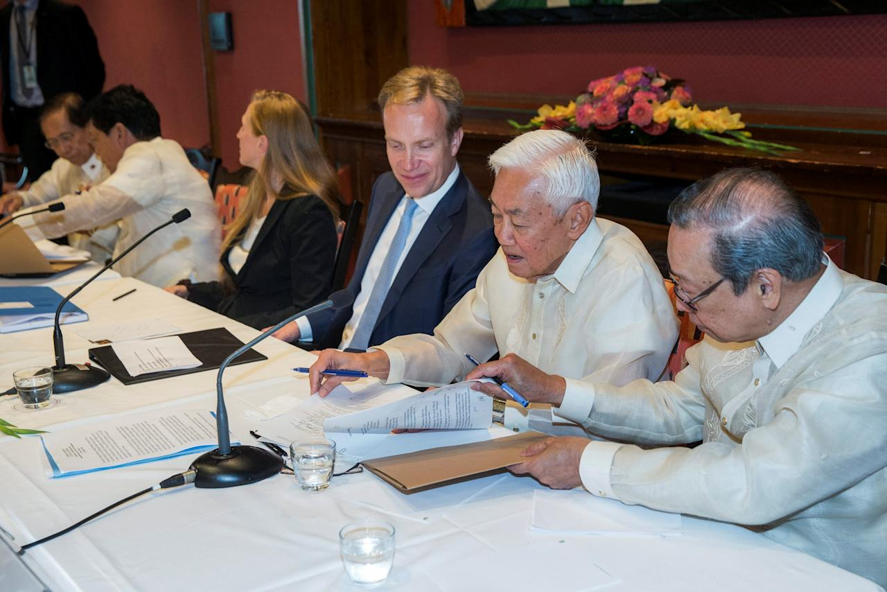 Representative of the Philippine government Jesus Dureza, Norwegian Foreign Minister Boerge Brende (C) and representative of National Democratic Front (NDF) Luis Jalandoni (2nd R) after signing an indefinite ceasefire agreement, in Oslo, Norway August 26, 2016.  NTB Scanpix/Berit Roald/via REUTERS  ATTENTION EDITORS - THIS IMAGE WAS PROVIDED BY A THIRD PARTY. FOR EDITORIAL USE ONLY. NORWAY OUT. NO COMMERCIAL SALES.    TPX IMAGES OF THE DAY