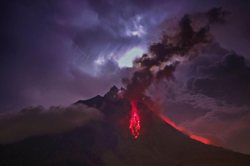 <p>Mount Sinabung volcano erupts in Karo, Indonesia // July 28, 2016</p>