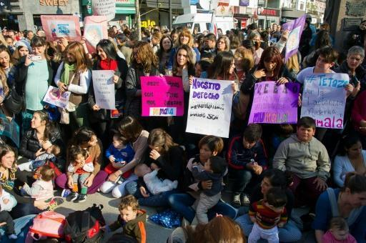Argentine mothers hold mass breastfeeding protest