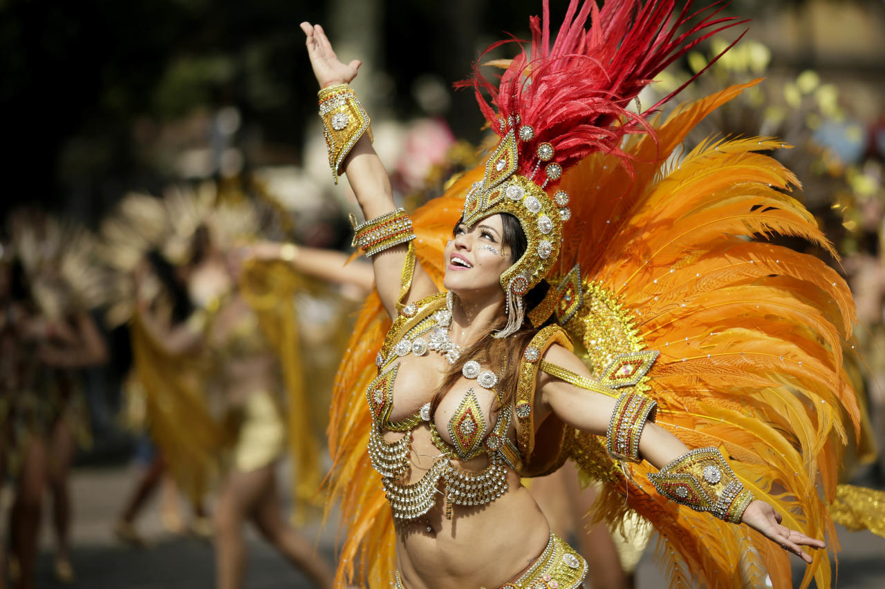 <p>Costumed revellers perform in the parade during the Notting Hill Carnival in London, Monday, Aug. 27, 2018. (Photo: Tim Ireland/AP) </p>