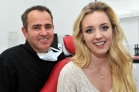 Girls receives new teeth for free from kind-hearted dentist after bike accident