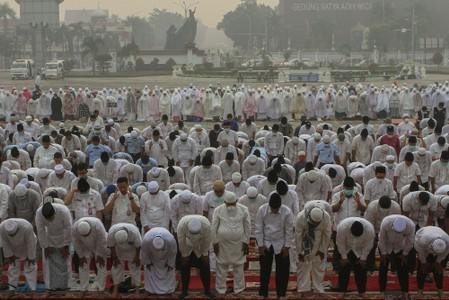 Indonesian Muslims pray for rain during a long drought season and haze in Pekanbaru