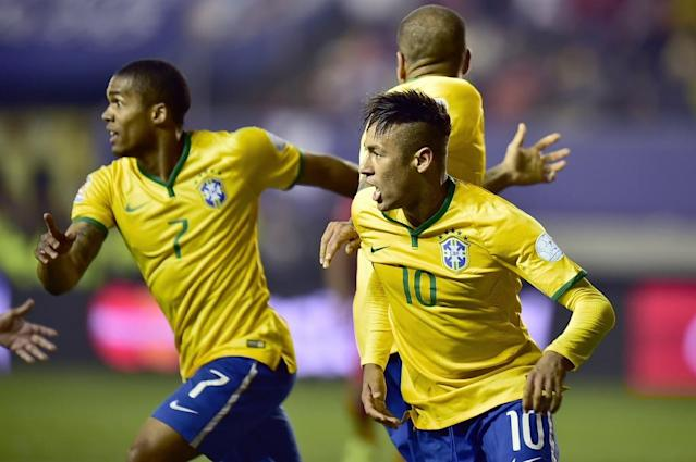 Brazil players Neymar (R) and Douglas Costa (L) celebrate after scoring against Peru during their 2015 Copa America football match, in Temuco, Chile, on June 14, 2015 (AFP Photo/Rodrigo Buendia)
