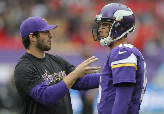 Minnesota Vikings quarterback Matt Cassel (R) listens to injured quaterback Christian Ponder before the Vikings met the Pittsburgh Steelers in their NFL football game at Wembley Stadium in London, September 29, 2013. REUTERS/Eddie Keogh (BRITAIN - Tags: SPORT FOOTBALL)