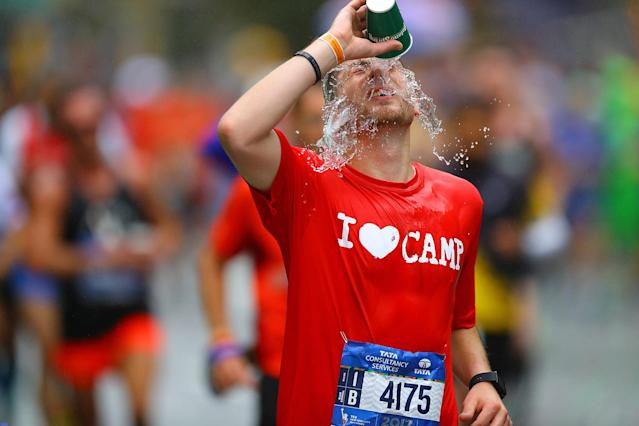 <p>A runner cools himself on with water during the 2017 New York City Marathon, Nov. 5, 2017. (Photo: Gordon Donovan/Yahoo News) </p>